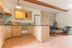 Le coin salon-cuisine aménagée, au rez-de-chaussée du gîte